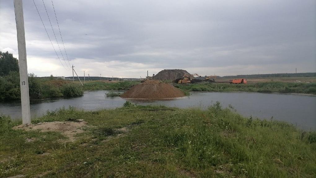 Экскаваторы кидают землю в водоем в окрестностях Шарташа. Мы разобрались, что там происходит и зачем