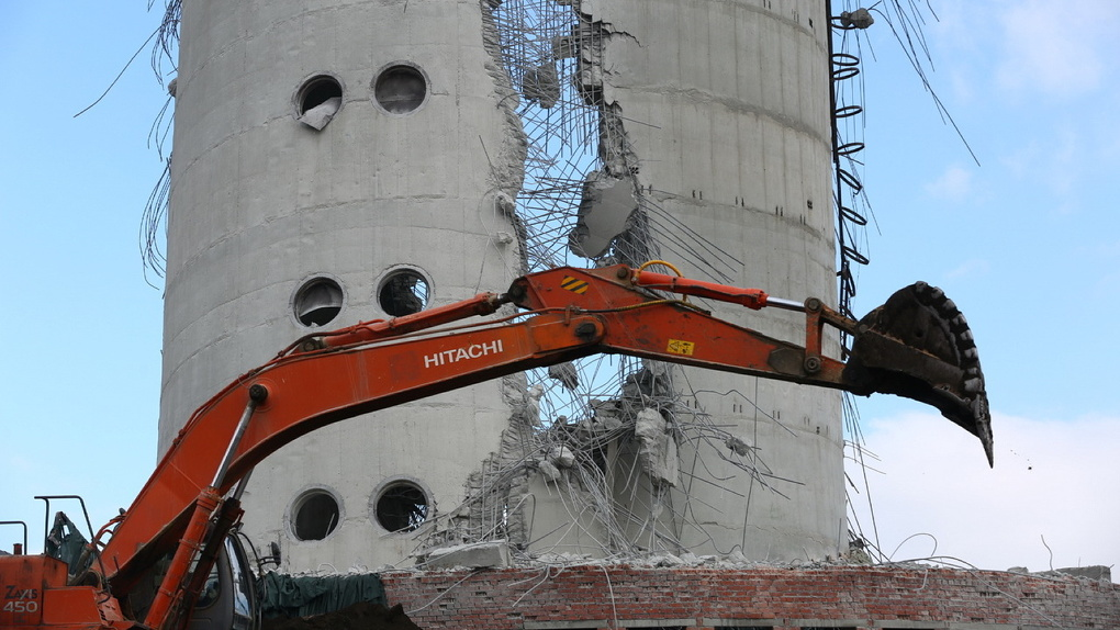 «Наших планов этот «зуб» не нарушил»: когда и как разберут 30-метровый обрубок снесенной телебашни