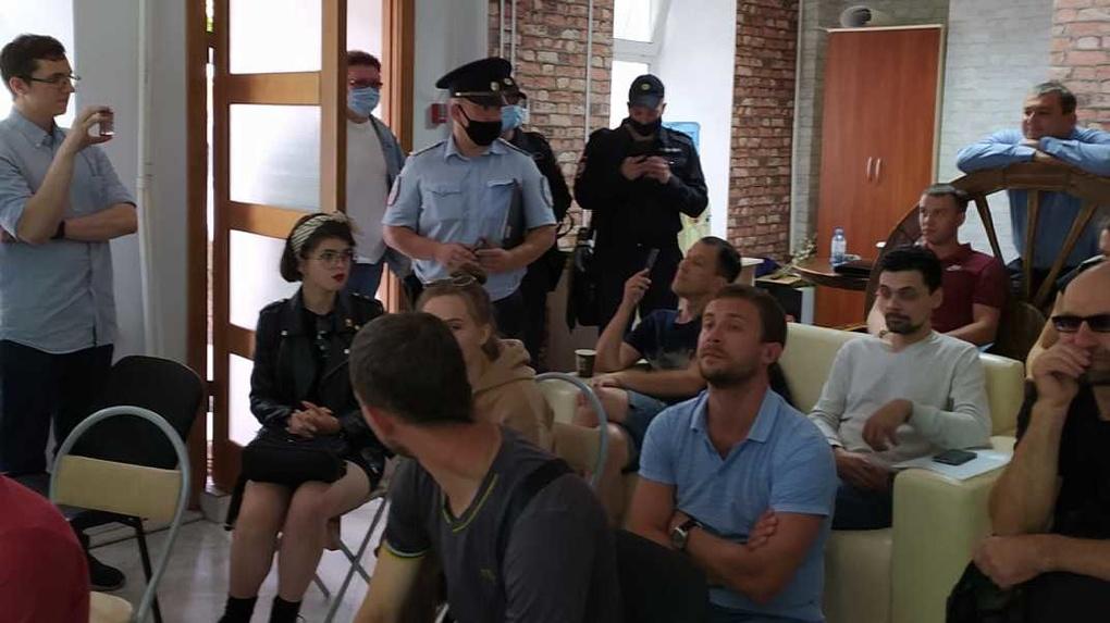 Сотрудники правоохранительных органов снова сорвали лекцию Екатерины Петровой о госзакупках