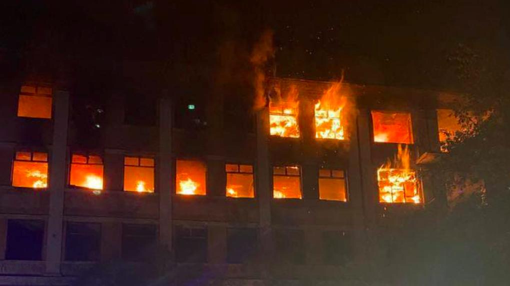 В Зеленой Роще загорелась заброшенная больница