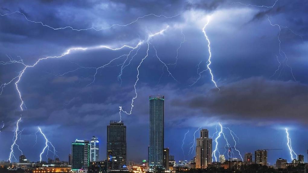 За ночь выпала месячная норма осадков. Климатолог и метеорологи – о причинах частых ливней в этом году