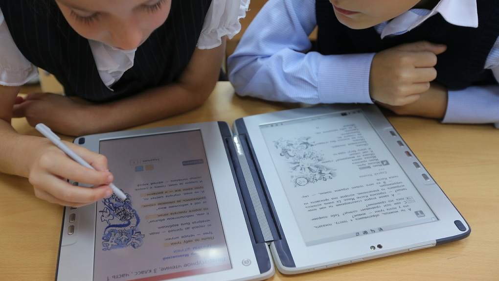 Полтора килограмма противоударных знаний. Первый тест электронного школьного учебника от «Ростеха»