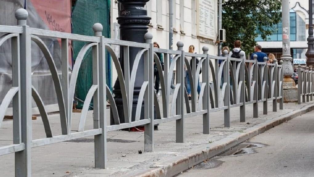 В Екатеринбурге начали убирать ненужные заборы-трусы
