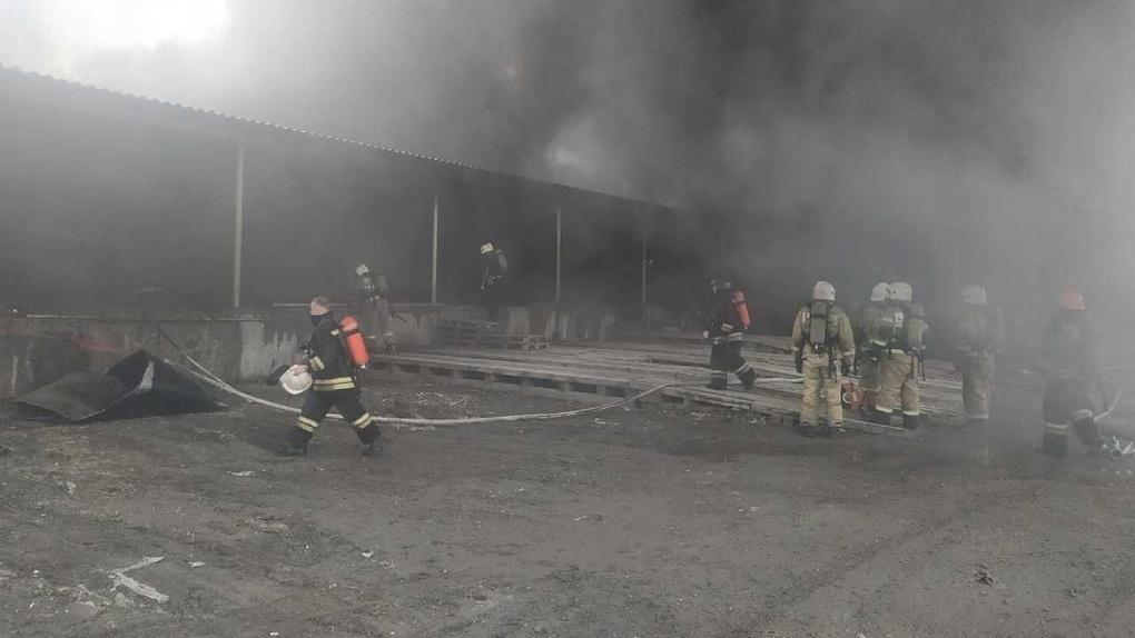 На «Уралмашзаводе» сгорел склад с холодильниками. Фото, видео