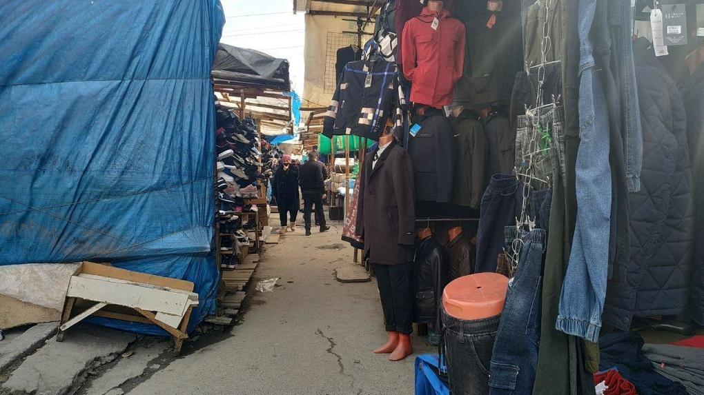 Антисанитарный рынок на Сортировке работает несмотря на рейды силовиков. Торговцы нашли способ защиты