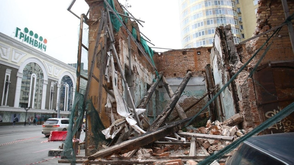 В центре Екатеринбурга обрушилась старинная купеческая усадьба. История здания