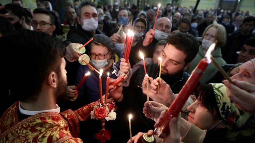 В Екатеринбург доставили Благодатный огонь. Как его вывезли из закрытого Израиля?