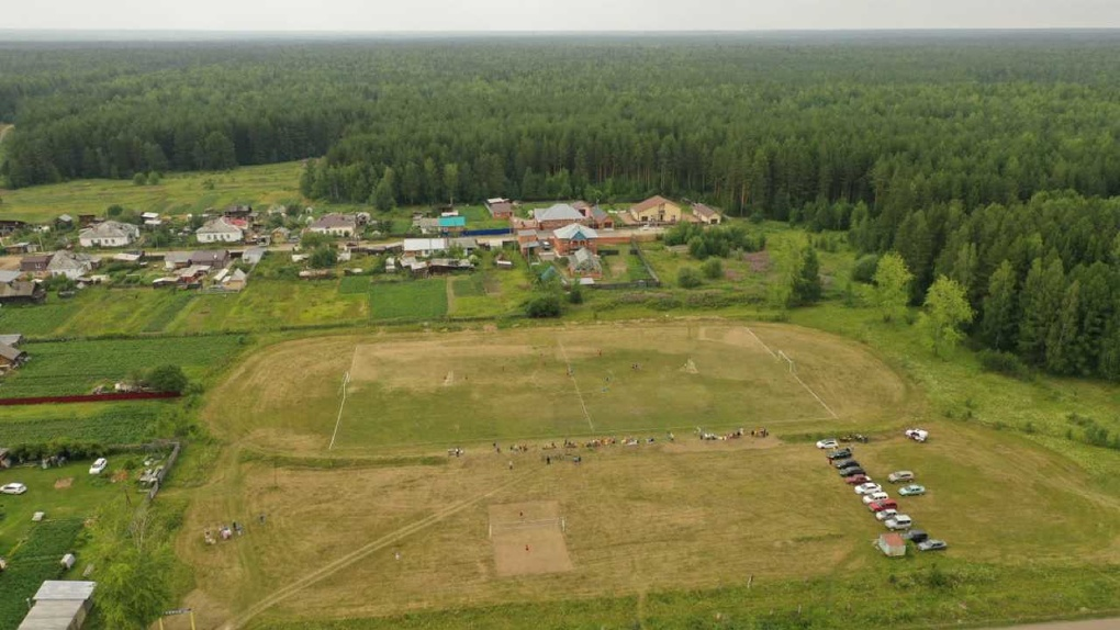 На Урале многодетным семьям раздали участки на футбольном стадионе