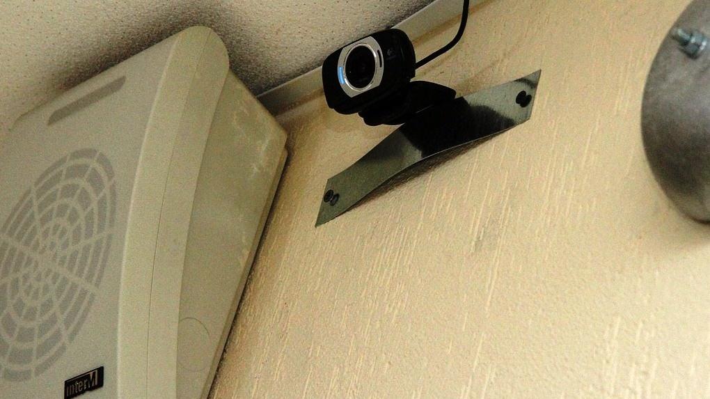 В Екатеринбурге жильцы многоэтажки воюют с видеокамерами в подъезде. Дело дошло до стрельбы