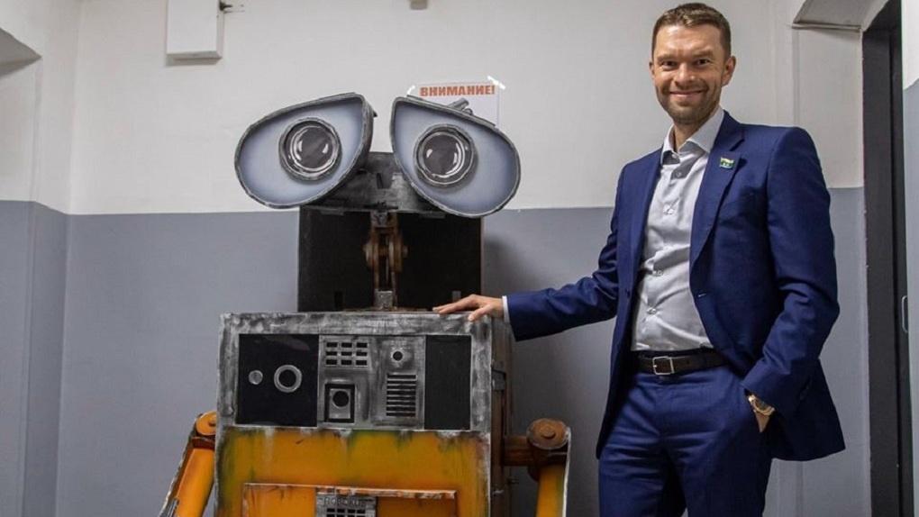 Депутат гордумы завел себе робота и поехал с ним спасать экологию. Фото, видео