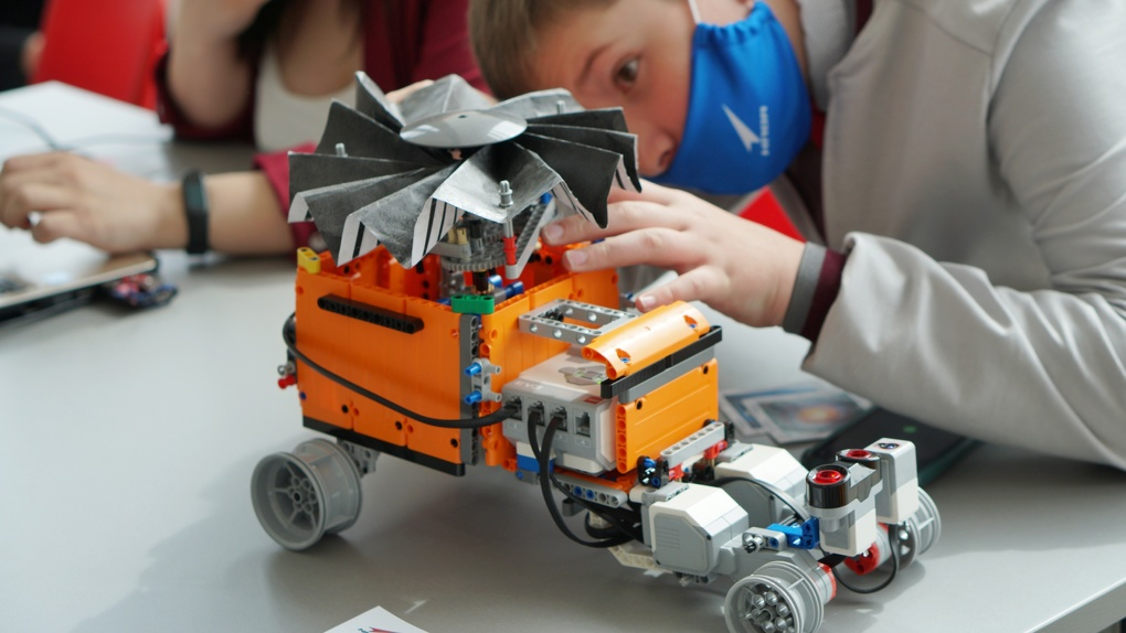 Двигатель для спутников, планетоход, опреснитель воды. В Екатеринбурге показали изобретения школьников