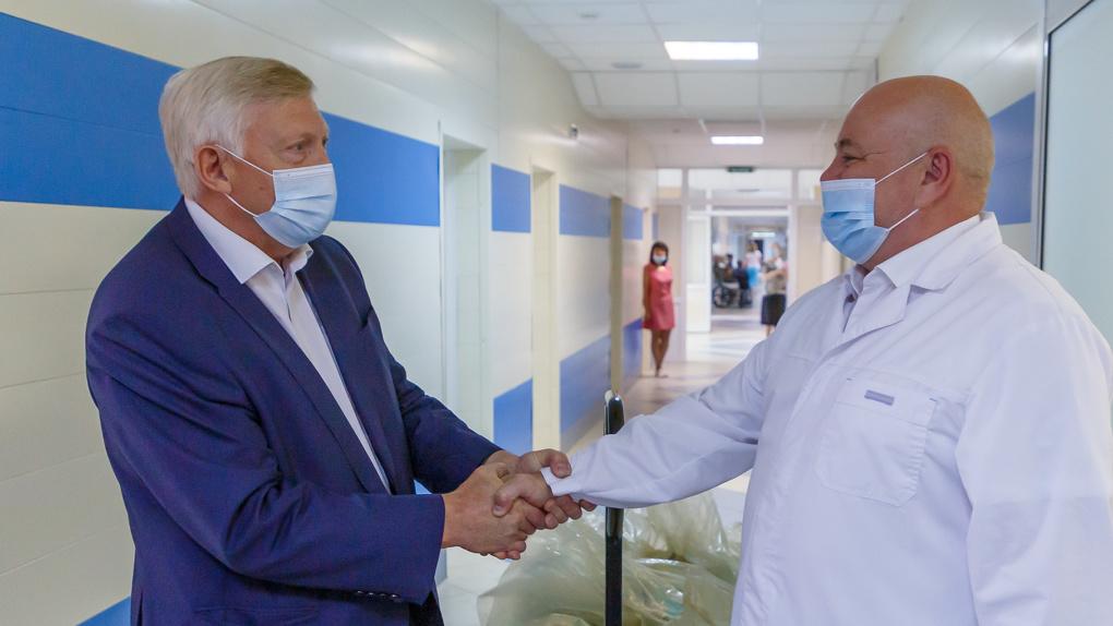 Студенты УрФУ и врачи Каменска-Уральского получили помощь от БФ Синара
