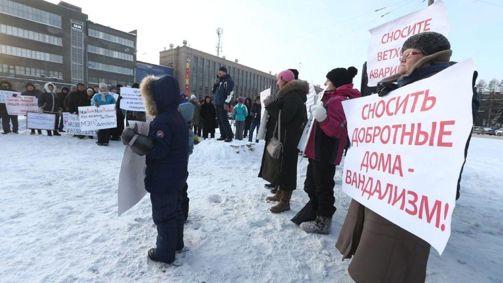 «Это вандализм!» Жители Уралмаша вышли на митинг против сноса домов, который предусматривает Генплан