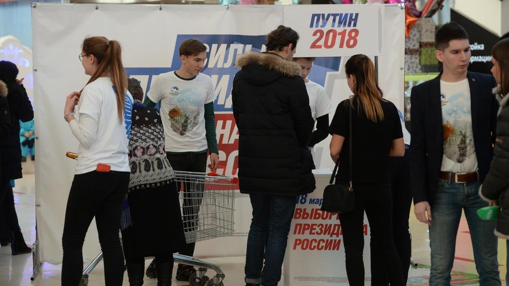 «Многие подходят, делают селфи». Работу стоек по сбору подписей за Путина продлили из-за ажиотажа
