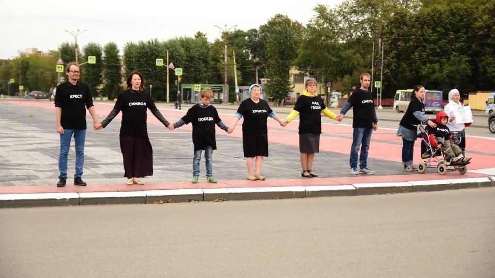 Покрас Лампас заступился за православную активистку Оксану Иванову, которая требовала убрать его рисунок