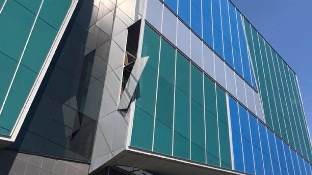 «Так и убить может»: с фасада ТРЦ «Алатырь» отвалилась облицовочная панель
