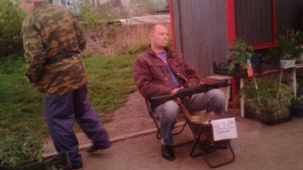 Бесстрашный мужчина два дня продавал автомат на остановке в Екатеринбурге