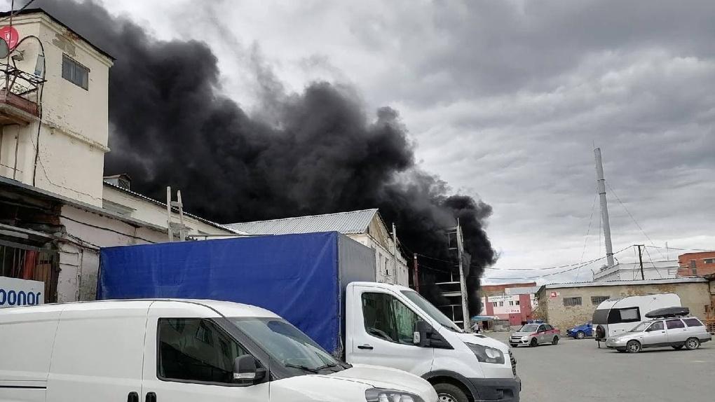 В Екатеринбурге — крупный пожар на складе. Фото, видео