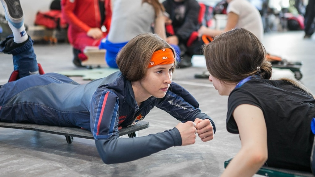 «Мне говорили, что это не для девочек»: зачем уральская школьница прыгает с парашютом по 10 раз в день