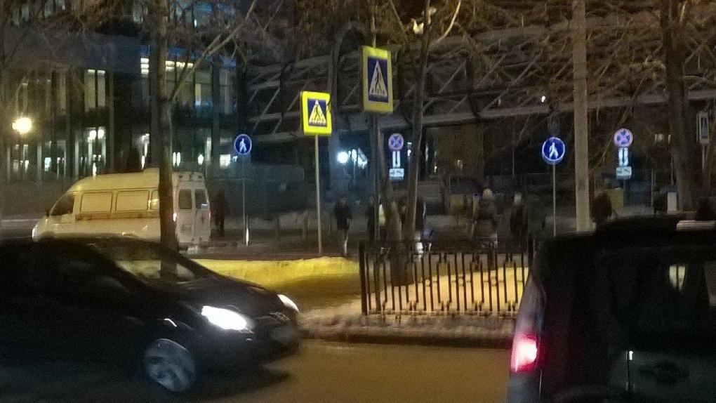 На переходе в центре Екатеринбурга легковушка на большой скорости въехала в толпу пешеходов