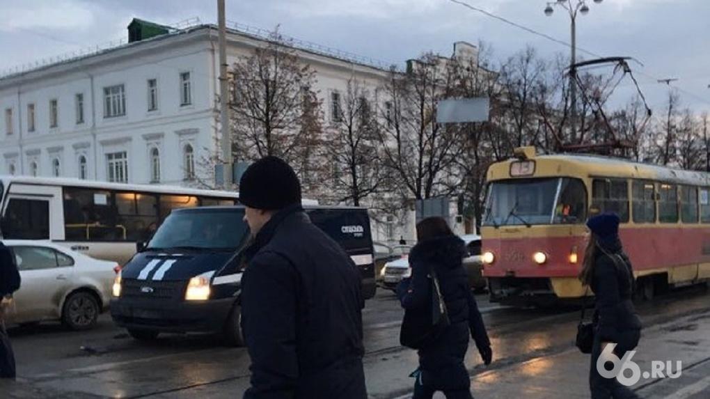 Проспект Ленина встал в пробку из-за ДТП с машиной спецсвязи