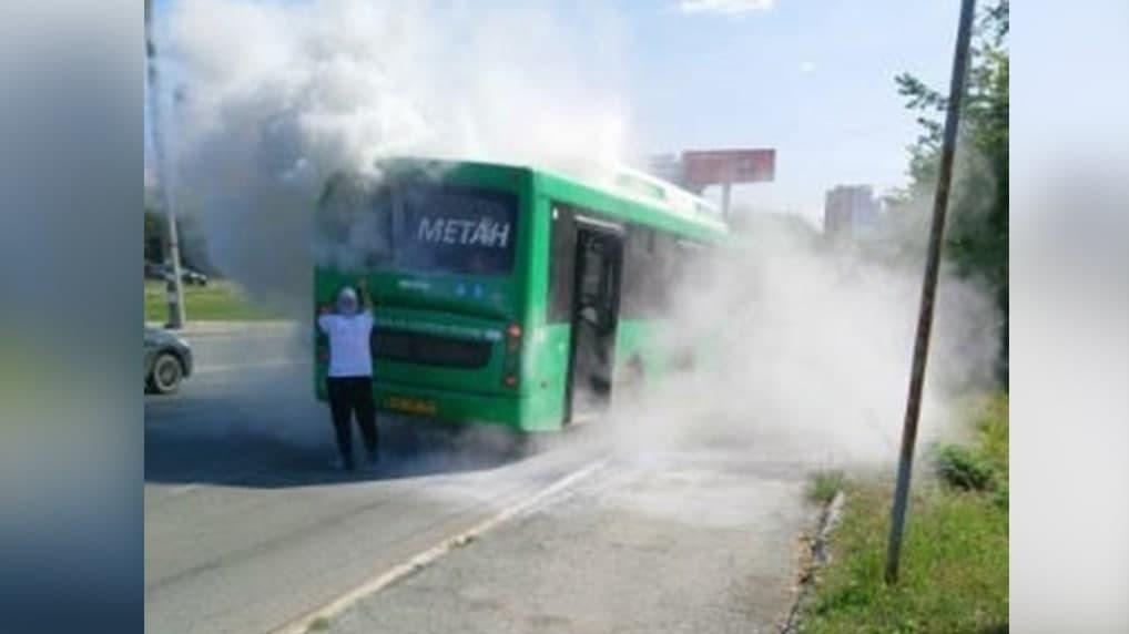 В Екатеринбурге на ходу загорелся зеленый автобус. Видео