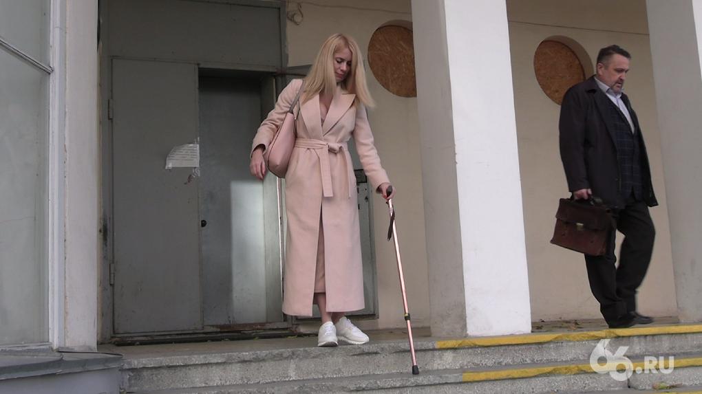 Жена обвинила мужа в том, что он выкинул ее с балкона. Теперь супруг требует вернуть деньги за ее лечение