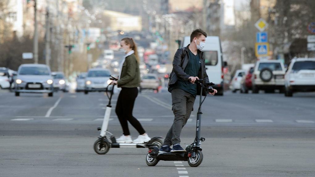 Минтранс предложил ограничить вес электросамокатов, на которых можно ездить по тротуарам