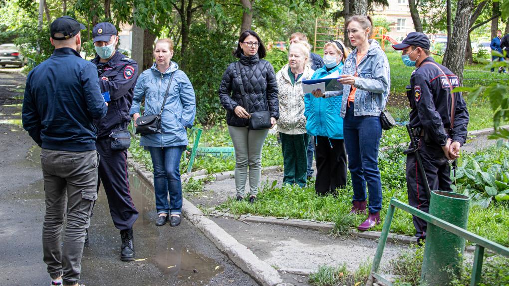 Полицейские все утро обороняли подвалы дома на Сибирском тракте. Что там происходит?