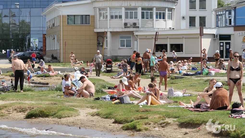 В Екатеринбурге сотни людей в разгар пандемии оккупировали городские пляжи. Фоторепортаж