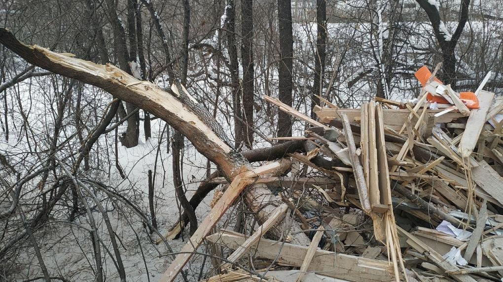 Прокуратура наказала компании, устроившие нелегальную свалку из обломков снесенного комбината на Нагорной