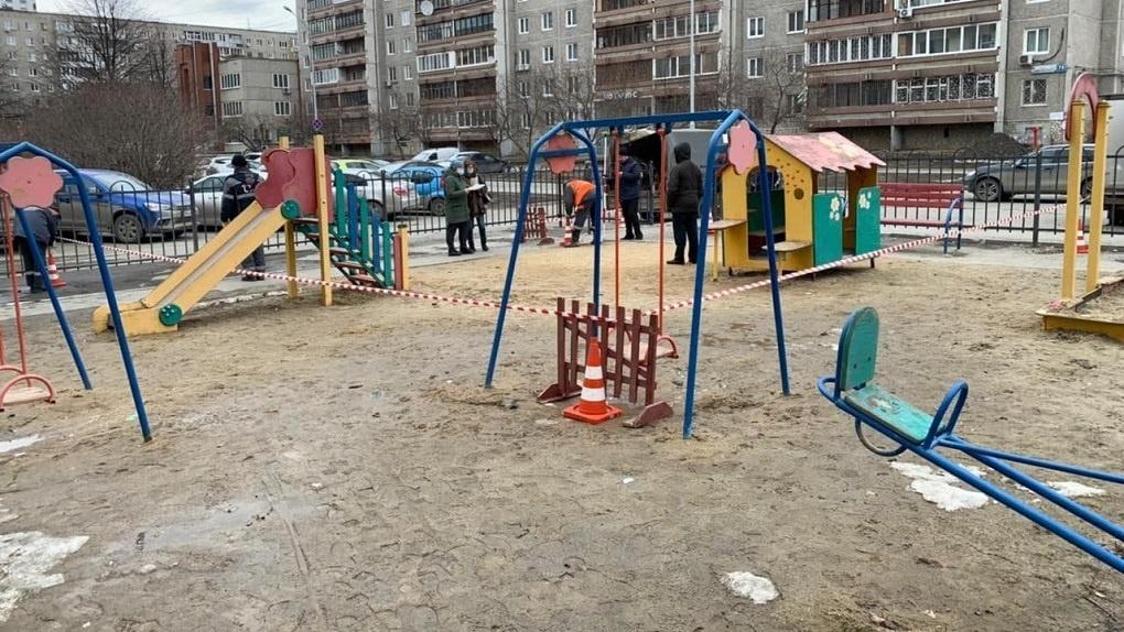 Жителям дома на Чайковского построили по госпрограмме детскую площадку, а энергетики решили ее снести