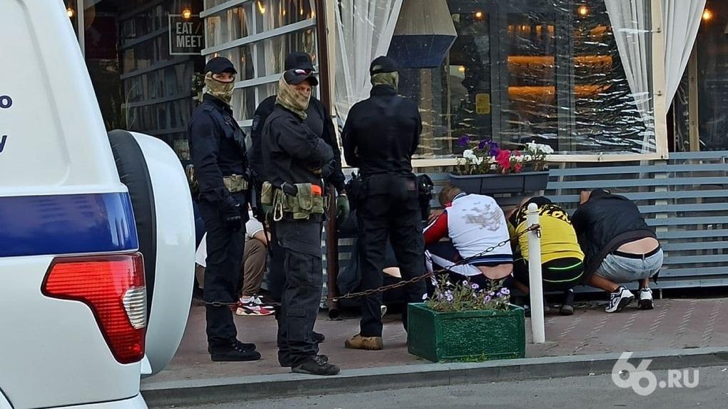 У участников стрелки в кафе на ВИЗе нашли наркотики, оружие и глушители. Их обвинили в мелком хулиганстве