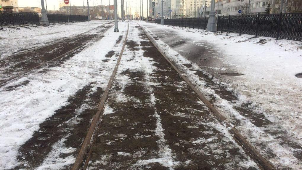 Трамвайные рельсы на Татищева засыпали землей. Весной она потечет по городу