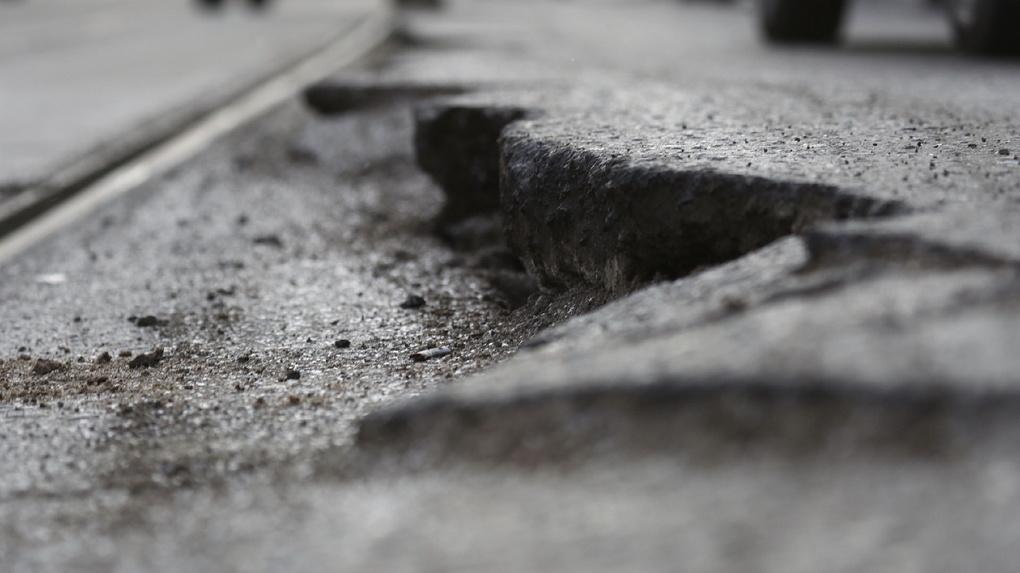 Пассажирка автобуса сломала позвоночник из-за выбоины на дороге в Екатеринбурге