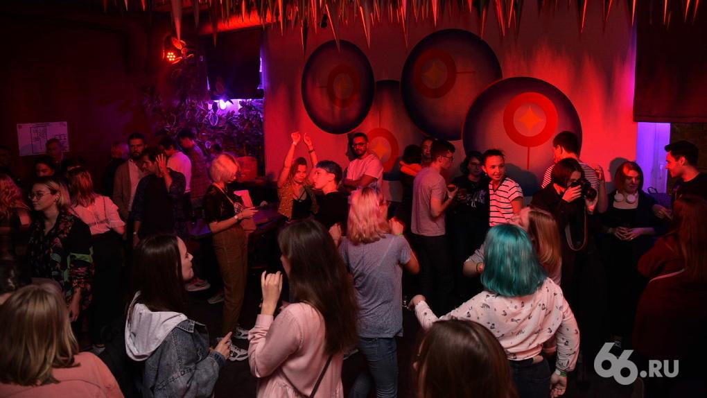 В баре «Самоцвет» прошла вечеринка Недели гордости ЛГБТ. Фоторепортаж