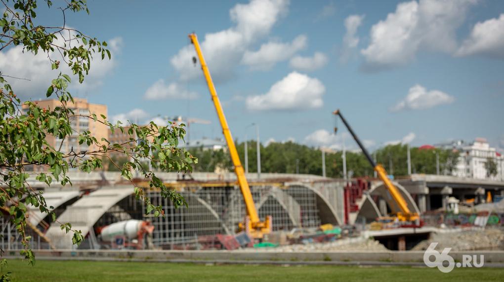 Строители перекрыли движение по Макаровскому мосту на все выходные. Как идут работы — в фото и видео