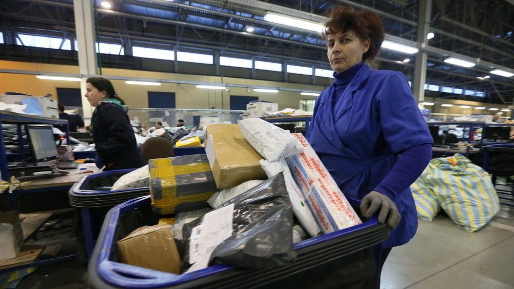 Почтальонов заставили разносить по квартирам консервы и туалетную бумагу