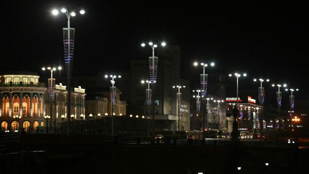 В центре Екатеринбурга зажгли антикоронавирусную иллюминацию. Фото, видео