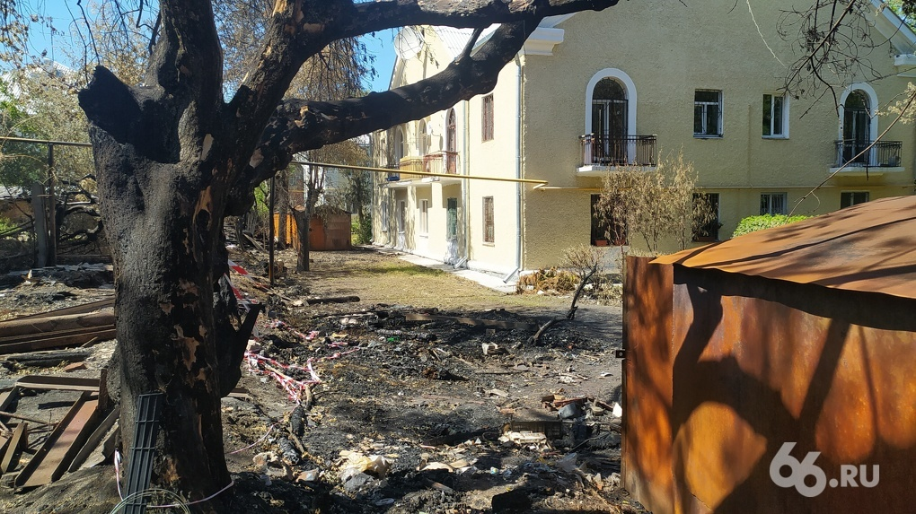 Рядом с жилыми домами у Макаровского моста регулярно горят гаражи и деревья. Этот участок скоро застроят