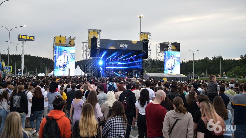 На бесплатный концерт Noize MC в Екатеринбурге собралась толпа людей. Фото