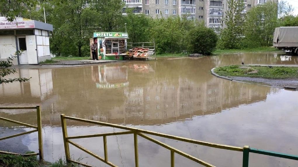 Из-за коммунальной аварии двор на ЖБИ превратился в озеро. ФОТО