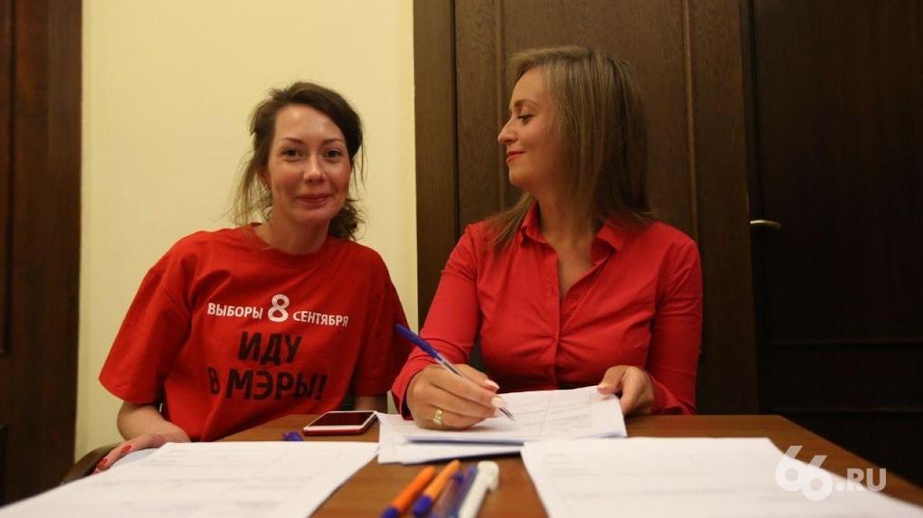 Жители Екатеринбурга отметили отставку Ройзмана флешмобом красных футболок. ФОТО