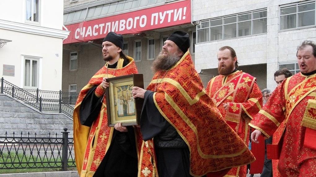 РПЦ требует поставить в городах памятники Николаю II, назвать его именем архипелаг и переписать учебники