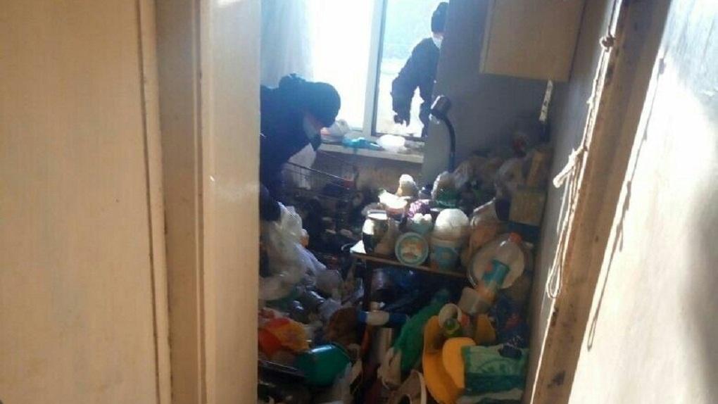 Приставы вынесли тонны мусора изквартиры «мамаши сУралмаша»