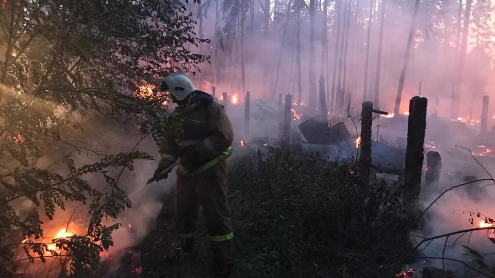 Пожарные всю ночь спасали от огня поселок под Екатеринбургом. Фото, видео