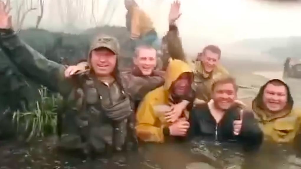 Свердловские пожарные, которых отправили тушить леса под Тюменью, чуть не погибли в огне. Видео