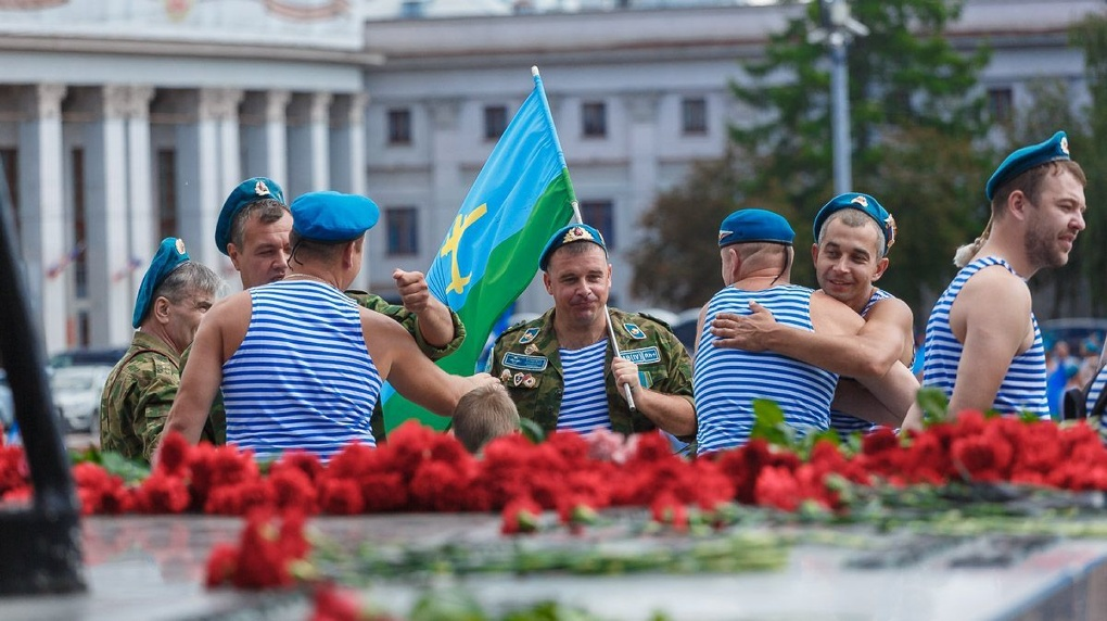 Кто ж им запретит. Посмотрите, как в Екатеринбурге проходит отмененный день ВДВ