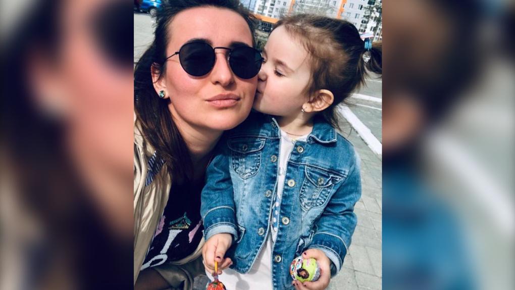 Мать, которую суд обязал вернуть ребенка мужу-итальянцу, сбежала с дочерью. Ее ищут приставы