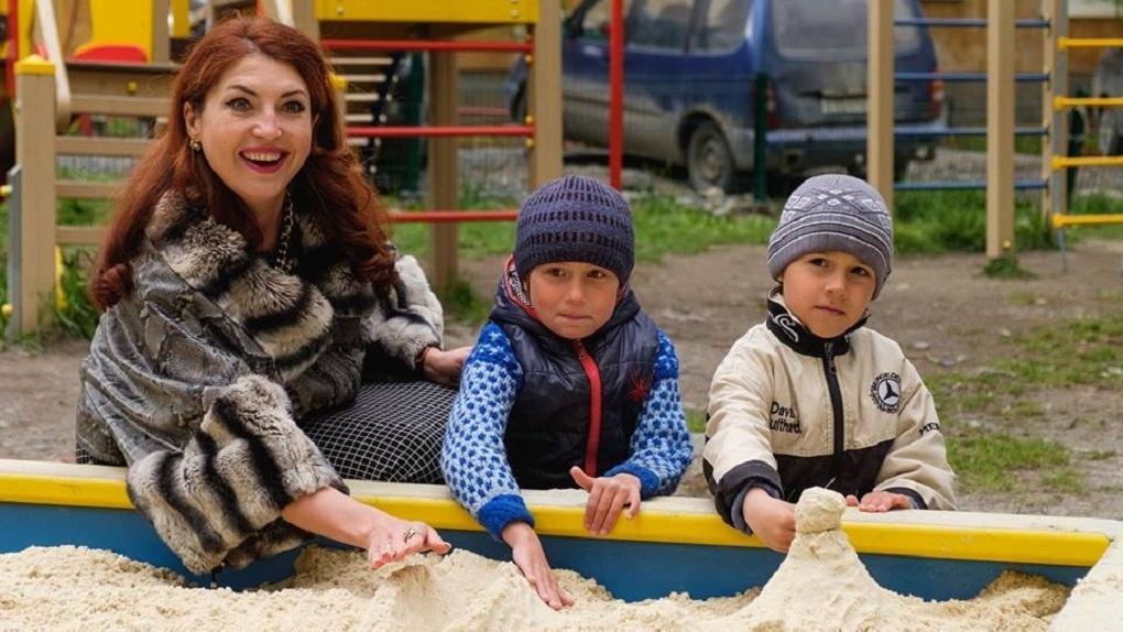 Депутат от «Единой России» устроила фотосессию в мехах около песочницы, куда специально завезли песок